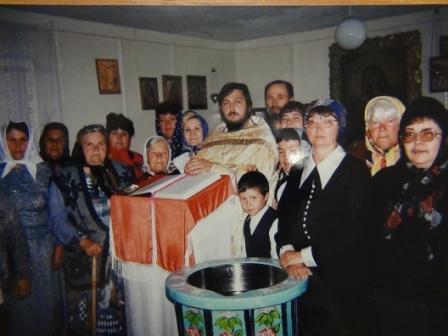 о.Александр Добросельский с прихожанами в первом молитвенном помещении прихода